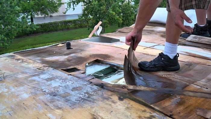 When Checking For Any Leaks, You Need To Make Sure That That Roof Is Dry.  Then, You Might Want To Inspect The Entire Roof And Look For Any Trouble.